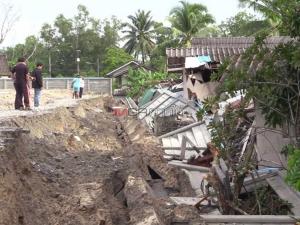ระทึก! กำแพงยักษ์ถล่มทับบ้าน 5 หลังในเมืองคอน กว่า 20 ชีวิตหนีรอดหวุดหวิด