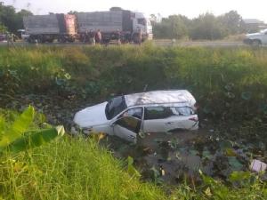 """(ชมคลิป)รถยนต์ """"ใบปอ รัตติยา"""" ราชินีรถแห่ชน จยย.เสียหลักตกข้างทาง ลุงวัย 63 เสียชีวิต"""