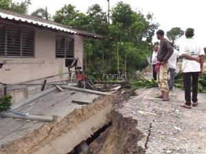 ยังไร้ข้อสรุปช่วยเหยื่อกำแพงยักษ์ถล่มบ้านพัง ชาวบ้านเสี่ยงลุยรื้อทรัพย์สินที่เหลือ