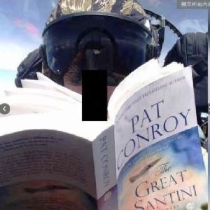 ญี่ปุ่นฉุนทหารสหรัฐฯ ท้ามฤตยู อ่านหนังสือ-เซลฟีพร้อมขับเครื่องบิน