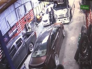 หากินง่าย! วงจรปิดแฉกลุ่มชายฉกรรจ์อ้างเป็น จนท.บุกขู่ยัดคดีรีดเงินเจ้าของร้านยางรถยนต์