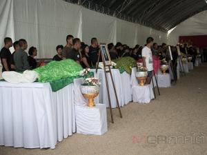 ในหลวงพระราชทานพวงมาลาหน้าหีบศพ 10 ใน 15 ศพ ที่ยะลา