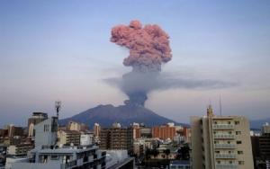 """""""ภูเขาไฟซากุระจิมะ"""" ปะทุรุนแรง พ่นเถ้าถ่านลอยสูงหลายกิโลเมตร"""