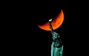 ดวงจันทร์ขึ้นข้างหลังอนุสาวรีย์เทพีเสรีภาพในนครนิวยอร์กเมื่อวันที่ 2 พฤศจิกายน ปี 2019