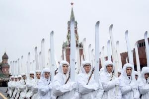 ทหารรัสเซียสวมเครื่องแบบทางประวัติศาสตร์กำลังซ้อมพิธีสวนสนามบริเวณจัตุรัสแดงในมอสโกเมื่อวันที่ 5 พ.ย.