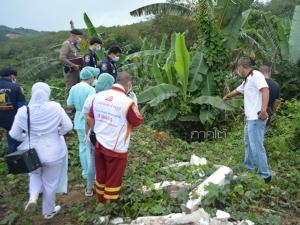 """ชาวบ้านหาใบตองทำกระทง ผงะพบศพ """"อดีตทหารพราน"""" หมกโคนต้นกล้วยที่เบตง"""