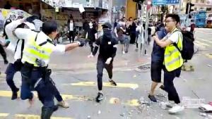 ภาพเหตุการณ์ขณะที่ตำรวจฮ่องกงชักปืนยิงใส่ผู้ประท้วงที่ย่านไซวานโฮ เช้าวันนี้ (11 พ.ย.)