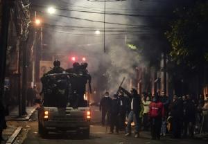 <i>ชาวเมืองลาปาซทักทายตำรวจในรถที่ออกตรวจตราลาดตระเวนในกรุงลาปาซวันจันทร์ (11 พ.ย.) </i>