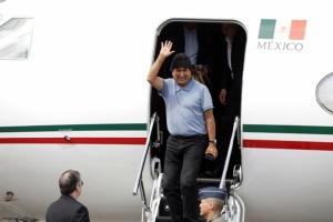 ประธานาธิบดีเอโบ โมราเลส ผู้ถูกขับออกจากตำแหน่งของโบลิเวีย เดินทางถึงเม็กซิโกเป็นที่เรียบร้อยแล้วในวันอังคาร(12พ.ย.) โดยมี มาร์เซโล เอ็บราร์ด รัฐมนตรีต่างประเทศเม็กซิโกรอให้การต้อนรับ
