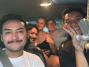 รักคนไทย! 2 นักท่องเที่ยวโชคดี เจอคนไทยมีน้ำใจขับรถไปส่งจากเมืองกาญจน์ถึงสุพรรณบุรี
