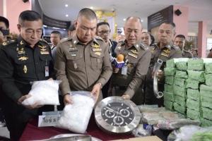 ตำรวจ ปส.โชว์จับแก๊งรับจ้างขนยาเสพติด ยึดไอซ์ล็อตใหญ่ 1 พันกิโลฯ พร้อมผู้ต้องหา 3 คน