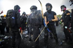 <i>นักศึกษาประท้วงพร้อมข้าวของเตรียมต่อสู้  อยู่ประจำที่มั่นของพวกเขา บริเวณด้านนอกมหาวิทยาลัยไชนีสยูนิเวอร์ซิตี้ออฟฮ่องกง เมื่อวันพุธ (13 พ.ย.) <i>