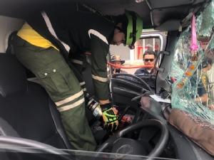 รถบรรทุกเสยท้ายรถเฮี๊ยบคนขับเจ็บติดภายในเรียกกู้ภัยช่วย