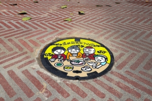 """เดินเพลินเลียบคลองโอ่งอ่าง ชม """"ฝาท่อลายศิลป์"""" สีสันใหม่ทางเท้าไทย"""