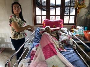 (ชมคลิป) ยายป่วยโคม่าลูกหลานทำใจแต่จู่ๆ ฟื้นได้เอง บอกไปเที่ยวมาเจอแต่ญาติที่ตายไปแล้ว