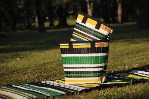 Agora เสื่อพลาสติกรีไซเคิลรูปแบบใหม่ นั่งได้สะพายได้ เป็นมิตรต่อสิ่งแวดล้อม