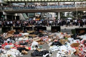 ซากขยะที่ผู้ประท้วงเรียกร้องประชาธิปไตยฮ่องกงทิ้งไว้ดูต่างหน้า