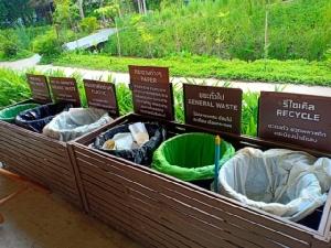 ถังทิ้งขยะในตลาด คัดแยกตั้งแต่ต้นทาง บอกรายละเอียดไว้อย่างชัดเจน ว่าควรทิ้งขยะลงถังไหน