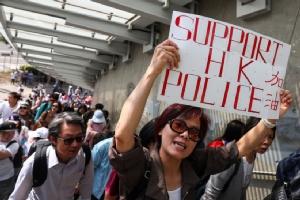 'กลุ่มโปรจีน' เดินขบวนเชียร์ตำรวจฮ่องกง-จวกม็อบปชต.ทำบ้านเมืองวุ่น