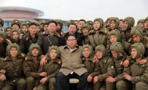 ผู้นำคิม จองอึน แห่งเกาหลีเหนือถ่ายภาพร่วมกับนักบินจากกองกำลังทางอากาศและกองกำลังต่อต้านอากาศยานของกองทัพเกาหลีเหนือ ระหว่างปฏิบัติการฝึก ณ สถานที่ซึ่งไม่เปิดเผย ภาพเผยแพร่โดยสำนักข่าว KCNA วันนี้ (18 พ.ย.)