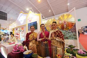 สาวไทยร่วมต้อนรับนักท่องเที่ยวในคูหาประเทศไทย