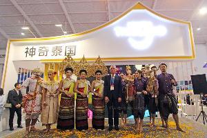 นายพิพัฒน์ รัชกิจประการ ร่วมถ่ายภาพกับคณะนักแสดงศิลปวัฒนธรรมไทย