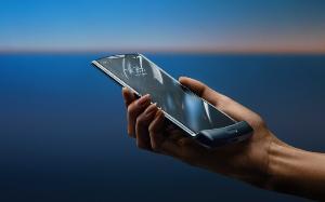 เมื่อกางออก Motorola Razr 2019 จะแสดงผลผ่านจอหลักขนาด 6.2 นิ้ว
