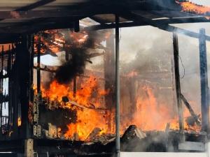 ไฟไหม้บ้านแม่ค้าไก่ย่างวอดทั้งหลัง หลังหมอดูทายว่าให้ระวังไฟไหม้
