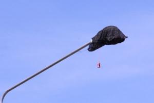 งงทั้งบาง! กระสอบปริศนาคลุมหลอดไฟริมทางหลวงเกือบ 10 ต้น ทั้งใช้ก้อนหิน-กระป๋องห้อยโตงเตง