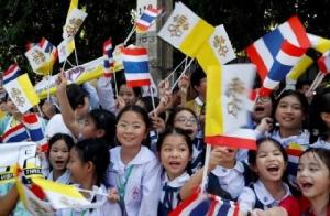 """""""โป๊บฟรานซิส"""" เสด็จถึงไทยแล้ว ชาวคาทอลิกต้อนรับอย่างอบอุ่น"""