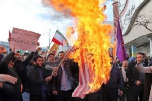 พวกผู้ชุมนุมโปรรัฐบาลอิหร่าน เผาธงชาติสหรัฐฯระหว่างเดินขบวนสนับสนุนรัฐบาลอิหร่าน ที่เมืองอาร์ดาบิล เมื่อวันพุธ(20พ.ย.)