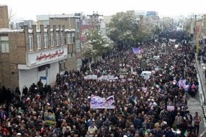 ชาวอิหร่านหลายพันคนออกมารวมตัวบนท้องถนนของเมืองอารัค ทางตะวันตกเฉียงใต้ของกรุงเตหะราน เพื่อแสดงพลังสนับสนุนรัฐบาลอิหร่าน