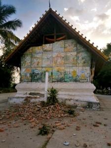 โบสถ์อายุ 400 กว่าปีในเมืองหงสา แขวงไซยะบุรี สปป.ลาว แตกร้าว จากแรงสั่นสะเทือนของแผ่นดินไหว (ภาพจากเฟซบุ๊ก Lao Youth Radio FM 90.0 Mhz)