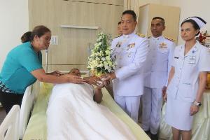ในหลวง-พระราชินีพระราชทานดอกไม้และตะกร้าสิ่งของแก่ตำรวจที่ได้รับบาดเจ็บจากเหตุไฟใต้