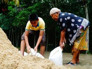 """""""พัทลุง"""" น้ำเอ่อล้นเข้าท่วมบ้านเรือนครั้งแรกในรอบปีนี้ หลังพื้นที่เริ่มเข้าสู่หน้าฝน"""