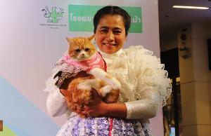 อมรรัตน์ สองใหม่ และ น้องไจโกะ แมวสวยสุขภาพดี บนเวทีแฟชั่นแมวนพมาศ  PET CARNIVAL