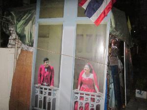 โกรธไม่ลง! สองผัวเมียเห็นแล้วกลับดีใจ ยายเอารูปงานแต่งมาทำฝาบ้านกันฝนบังแดด