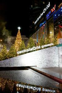 """""""เซ็นทรัลเวิลด์"""" เปิดไฟต้นคริสต์มาส เนรมิตอาณาจักรแห่ง """"wOrld Of happiness"""" ขนกองทัพศิลปินร่วมทำภารกิจพิชิตดวงดาวคืนสู่ต้นคริสต์มาสยักษ์"""