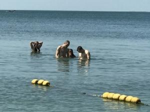 ใสจริงทะเลบางแสน นักท่องเที่ยวแห่เล่นน้ำชมความงาม