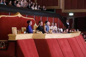 """ในหลวง-พระราชินี เสด็จทอดพระเนตรการแสดงดนตรีเฉลิมพระเกียรติ """"Four Royal Orchestral Suites for His Majesty the King X"""" บทเพลงพระนิพนธ์ใน """"เจ้าฟ้าสิริวัณณวรี"""""""