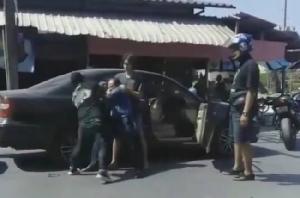 เถื่อน !กลุ่มวัยรุ่นรุมตีหนุ่มใหญ่กลางถนน ชาวบ้านสุดทนถ่ายคลิปแฉ!