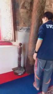 ภาพจากคลิป ที่พระลูกวัดทุ่งศรีเมือง ถ่ายไว้ได้ ขณะคนร้ายเข้ามาขโมยเงินจากตู้บริจาค