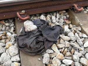 สลด! รถไฟขนส่งสินค้าชนชายนิรนามดับ บดขยี้ลากร่างขาดกระจุยคาราง