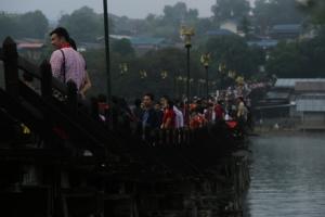 นักท่องเที่ยวล้นเมืองสังขละบุรี ผลจากอากาศหนาวส่งผลดีต่อการท่องเที่ยวคึกคัก