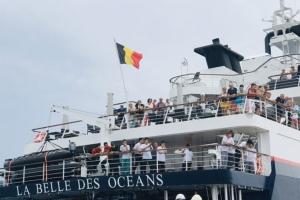 ถึงฝั่งปลอดภัยแล้ว เรือสำราญ LA BELLE DES OCEANS พร้อมนักท่องเที่ยว-ลูกเรือหลังชนโขดหินกลางทะเล