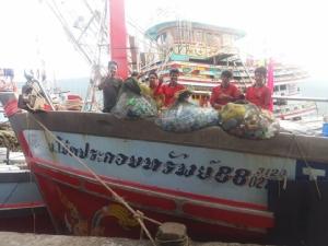 ชาวประมงระนองร่วมใจเก็บขยะติดอวนขึ้นฝั่ง หวังทะเลไทยกลับมาสมบูรณ์