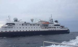 """ระทึก""""เรือสำราญ"""" ชนโขดหินหมู่เกาะพีพี ท้องเรือทะลุ  นักท่องเที่ยวลูกเรือเกือบ 200 ชีวิต-ขึ้นฝั่งปลอดภัย"""