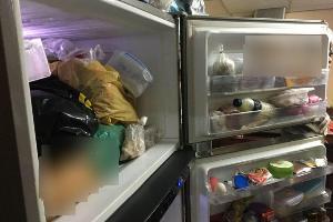 สยอง! ลูกฆ่าแม่แท้ๆ หั่นศพยัดตู้เย็น เพื่อนแม่ตามมาพบ ชักปืนยิงตัวเองสาหัส ล่าสุดเสียชีวิตแล้ว