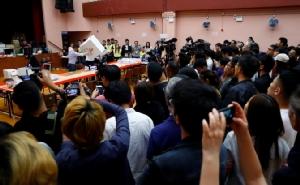 """ผู้นำฮ่องกงระบุน้อมรับเสียงประชาชน หลังฝ่ายประท้วงชนะเลือกตั้งขาดลอย ขณะจีนยืนยันยังหนุน """"ลัม"""""""