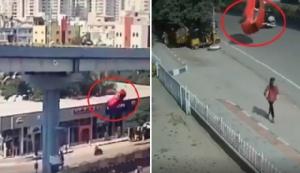 ภาพสยอง! รถเก๋งซิ่งแหกโค้งปลิวตกทางด่วน ร่วงทับคนเดินถนนตาย 1 ศพ (ชมคลิป)
